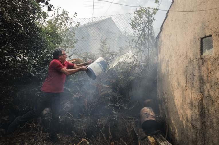 População teve de unir esforços para salvar os seus bens, dada a falta de bombeiros