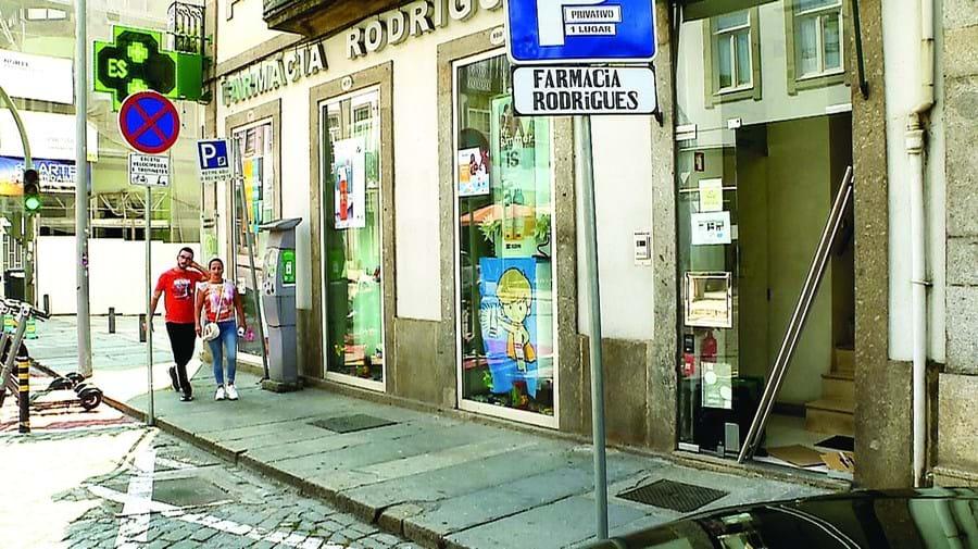 Três tiros de caçadeira em assalto a farmácia no centro de Braga