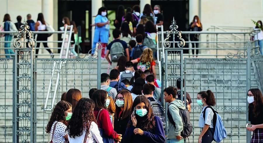 Alunos juntaram-se à porta da Secundária José Falcão, em Coimbra