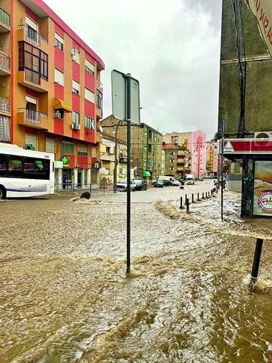 Fortes inundações nas ruas de Setúbal