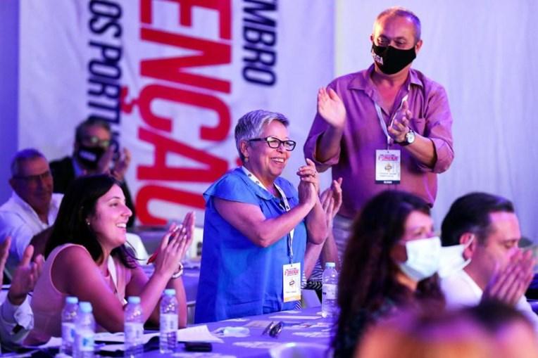 Maria Vieira, aplaude uma intervenção durante a sessão da tarde da II Convenção Nacional do Chega, que decorre em Évora