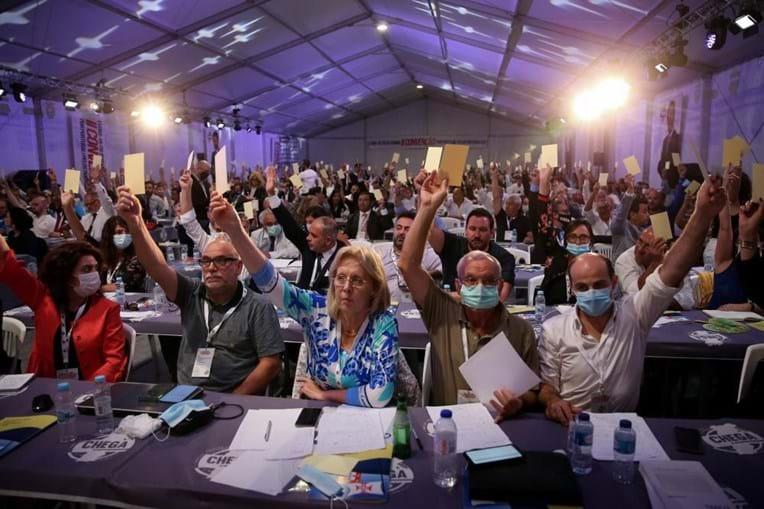 Delegados do Chega votam as várias moções propostas durante a II Convenção Nacional do partido, que decorre em Évora