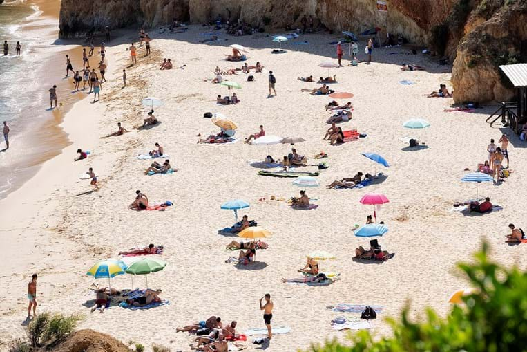 Mês tradicional de praia voltou a registar quebra no volume de depósitos das famílias, para pagar gastos das férias