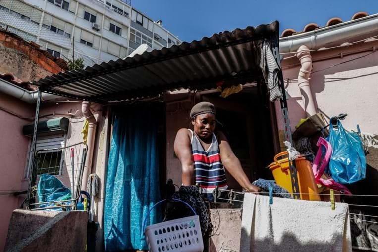 No centro de Lisboa ainda há quem não tenha luz e despeje dejetos na rua