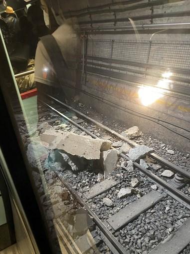 Estragos causados pelo desabamento de estrutura do teto de túnel do Metro de Lisboa