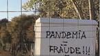 """""""Pandemia = Fraude"""": Mensagens pintadas em Aljezur negam existência da Covid-19"""