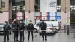 """Mulher grita """"Alá é grande"""" e ameaça fazer explodir embrulho em Lyon. Autoridades no local"""