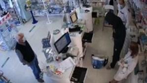 Homem armado assalta farmácia em Gaia e câmaras captam momento