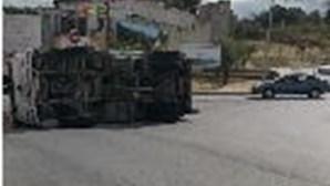 Camião despista-se e capota em rotunda de acesso à A2 em Palmela