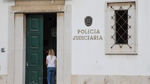 Menina de 13 anos abusada pelo namorado da mãe durante dois anos. Mulher ficava a assistir aos crimes