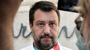 Matteo Salvini enfrenta acusações por bloquear migrantes dentro de navio em Itália