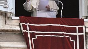 """Papa Francisco condena mortes de idosos por Covid-19: """"As pessoas não deviam morrer assim"""""""