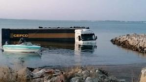 Camião encontrado parcialmente submerso no rio Sado em Setúbal. Veja as imagens