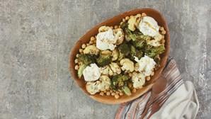 Uma salada quente com sabores mediterrânicos