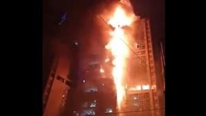 Torre com mais de 30 andares na Coreia do Sul engolida por violento incêndio