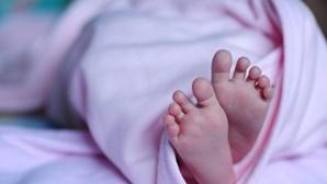 Menina de 14 anos coloca filho recém-nascido no congelador para o matar