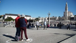 Santuário de Fátima mantém peregrinos em círculos distanciados para combater a Covid-19