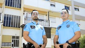 """""""Casal já quase não podia respirar"""": Agentes da PSP salvam idosos de casa em chamas"""