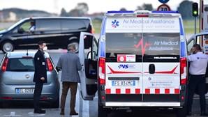 Cristiano Ronaldo já está em Itália e abandona aeroporto de ambulância. Veja as imagens
