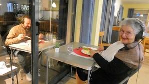 Filho volta a jantar com a mãe sete meses depois da separação devido à Covid-19