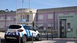 Diretora de escola que suspendeu aluno por partilhar sandes ameaça pai com queixa-crime