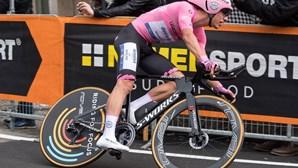 Português João Almeida perde terreno na final da etapa da Volta a Itália mas segura camisola rosa