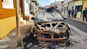 Carro totalmente consumido pelas chamas em Espinho. Veja as imagens