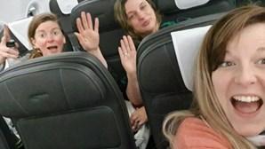 Trio de mulheres recusa-se a usar máscara a bordo de avião