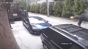 Homem incendeia carro patrulha com agente da polícia lá dentro