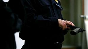 Mulher dá resma de papel à PSP para registar queixas em Odivelas