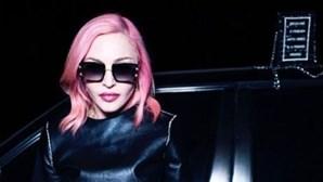 Madonna deixa os famosos cabelos louros e rende-se… ao rosa