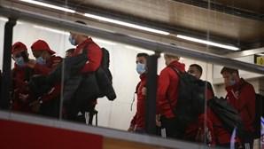Jorge Jesus e equipa das águias no aeroporto de Lisboa prestes a rumar à Polónia. Veja as imagens