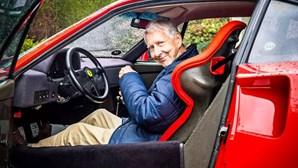 Tem 80 anos e ainda conduz um Ferrari F40 de 1 milhão de euros todos os dias
