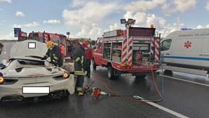 Ferrari de 280 mil euros destruído em acidente na A2. Veja as imagens