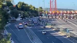 Acidente na praça das portagens da Ponte 25 de Abril em Lisboa provoca longas filas no sentido Norte-Sul