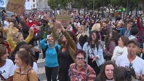Centenas manifestam-se em Lisboa, sem distanciamento físico, contra o uso obrigatório de máscara