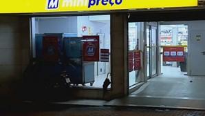 Homem morre à porta de supermercado na Amadora e corpo fica duas horas na rua