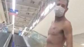Homem vai a supermercado despido em protesto
