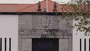 Guardas cercados por 60 reclusos em rusga a cela na cadeia do Linhó em Sintra