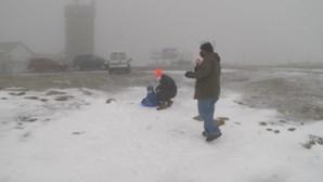 Já há neve na Serra da Estrela para deleite dos turistas