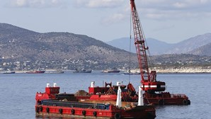 Navio de bandeira portuguesa colide com draga minas na Grécia. Veja as imagens