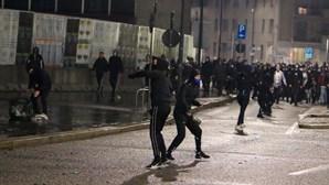 Vaga de protestos contra restrições devido à Covid-19 em Itália e Espanha