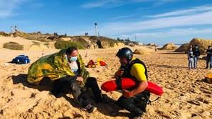 Doze pessoas feridas após embarcação se virar na praia da Galé em Albufeira