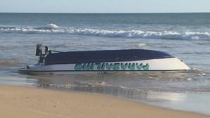 Barco naufraga em Albufeira com 14 pessoas a bordo
