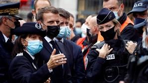 Macron já está junto à catedral onde três pessoas morreram durante ataque terrorista. Veja em direto