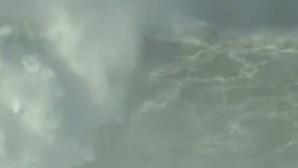 Multidão em terra, solidão no mar. Lucas Chumbo surfa onda gigante na Nazaré