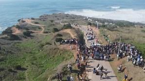 Milhares de pessoas desrespeitam distanciamento físico na Nazaré para ver ondas gigantes
