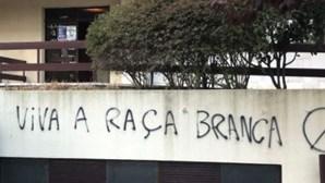 """""""Viva a raça branca"""": Paredes de faculdades e escolas de Lisboa inundadas por frases racistas. Veja as imagens"""