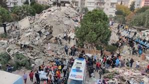 Sismo de 7.0 mata pelo menos 14 pessoas na Turquia e na Grécia