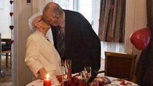 Casal de idosos volta a beijar-se para celebrar casamento após longos meses afastado devido à pandemia